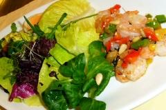 Blattsalate mit Garnelen in Sesam